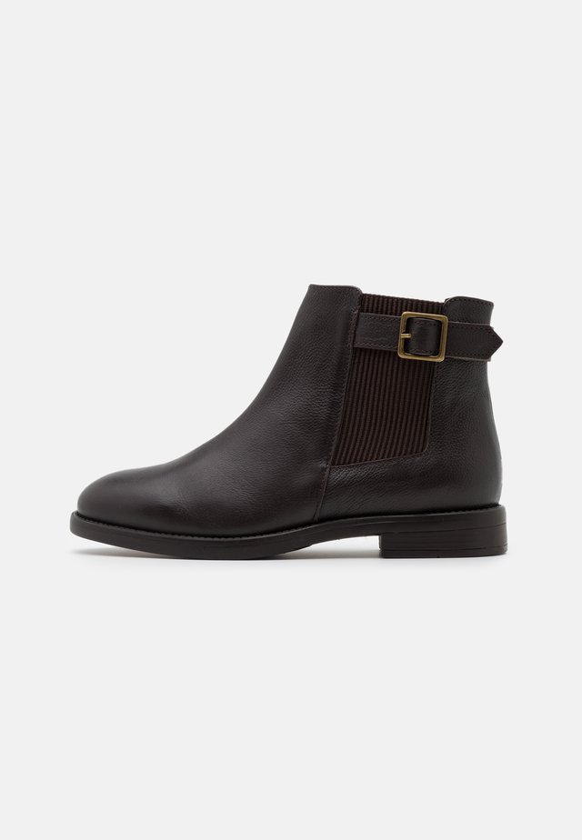 OAK BUCKLE CHELSEA BOOT - Botines - choc