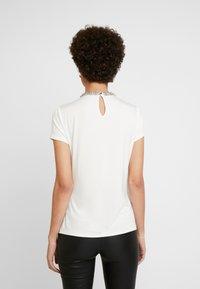 comma - KURZARM - Blouse - white - 2