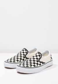 Vans - CLASSIC SLIP-ON - Loaferit/pistokkaat - black/white - 2
