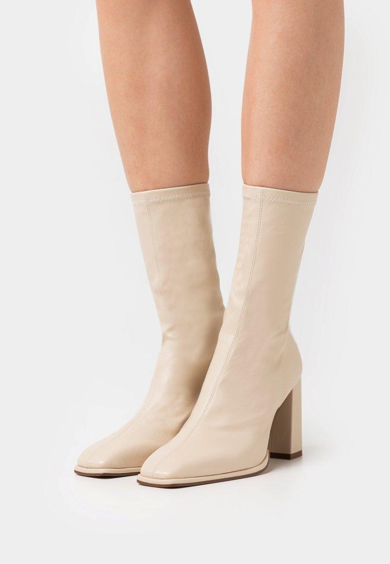 NA-KD - SQUARED TOE SOFT BOOTS - Kozaki - offwhite/beige