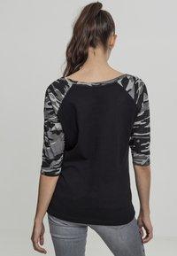 Urban Classics - Print T-shirt - black/light grey - 1