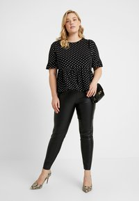 New Look Curves - SPOT PEPLUM TEE - T-shirt imprimé - black - 1