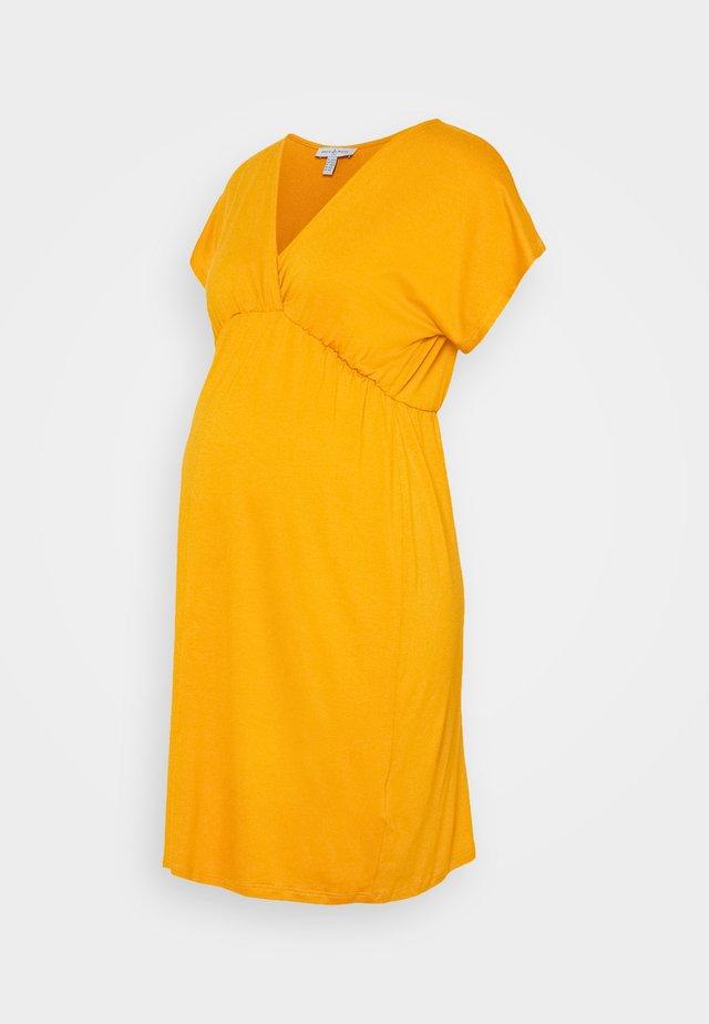 EVI MATERNITY DRESS - Jerseyklänning - mustard