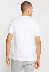 Nike Sportswear - CLUB TEE - T-shirt basique - white/black - 2
