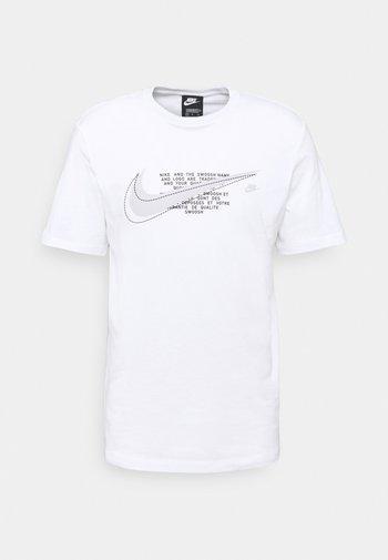 COURT TEE - T-shirt med print - white