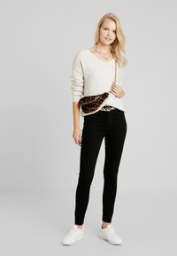 ONLY - ONLFHI MAX LIFE BOX - Jeans Skinny Fit - black denim - 1