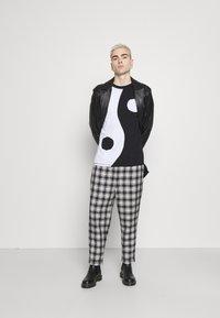 Jaded London - CUT AND SEW YIN AND YANG - Camiseta de manga larga - black/white - 1