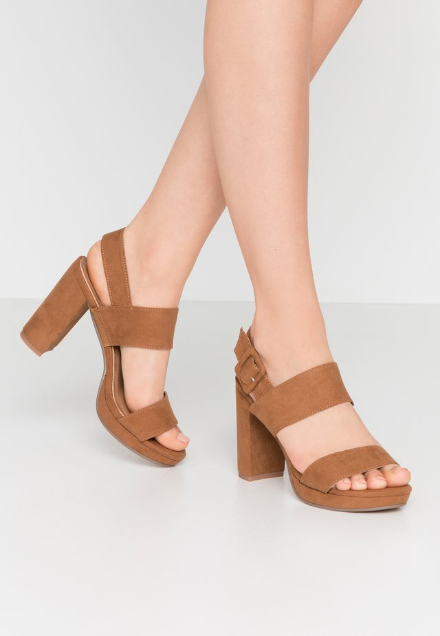 CARNELIAN PLATFORM - Korolliset sandaalit - tan