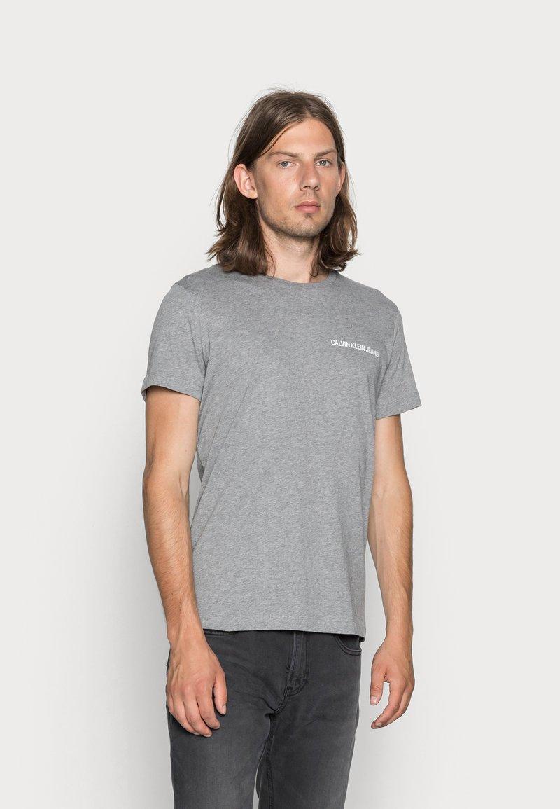 Calvin Klein Jeans - SMALL INSTIT LOGO CHEST TEE - Basic T-shirt - grey