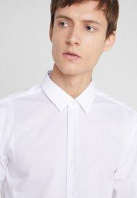 HUGO - ELISHA SLIM FIT - Kostymskjorta - white - 4