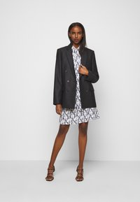 Victoria Victoria Beckham - SCARF NECK SURREAL HANDS TWILL MINI DRESS - Denní šaty - blue - 1