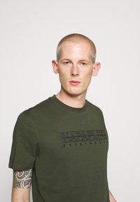 Napapijri - SEBEL - Print T-shirt - green - 3