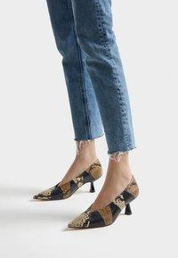 Uterqüe - MIT PRINT - Classic heels - black - 0