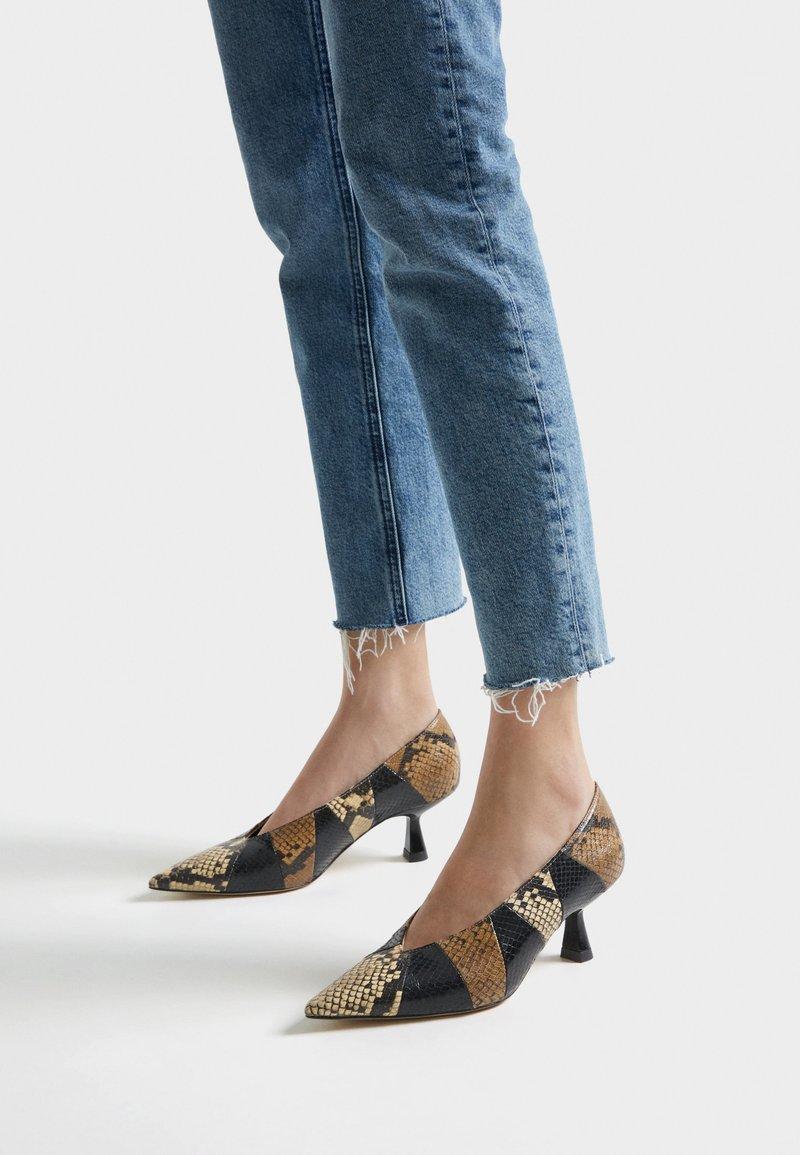 Uterqüe - MIT PRINT - Classic heels - black
