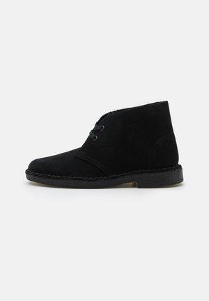 DESERT BOOT - Volnočasové šněrovací boty - black