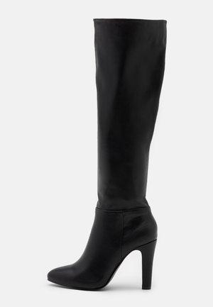 PINNIE - Boots med høye hæler - black