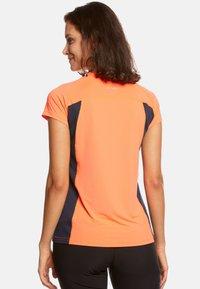 Jeff Green - ELLA - Print T-shirt - neon orange/navy - 1