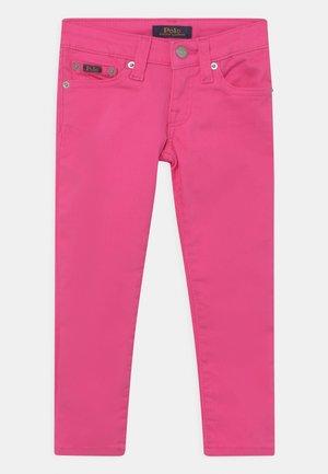 TOMPKINS - Straight leg jeans - banker blaze fuschia