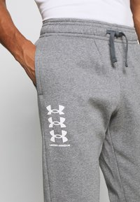 Under Armour - RIVAL MULTILOGO - Pantalon de survêtement - pitch gray light heather - 4