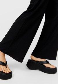 Stradivarius - Spodnie materiałowe - black - 3
