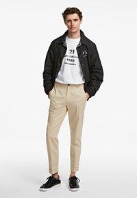 KARL LAGERFELD - TWILL  - Kalhoty - beige - 1