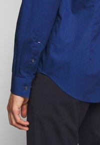 Michael Kors - POPLIN SLIM - Shirt - royal blue - 7