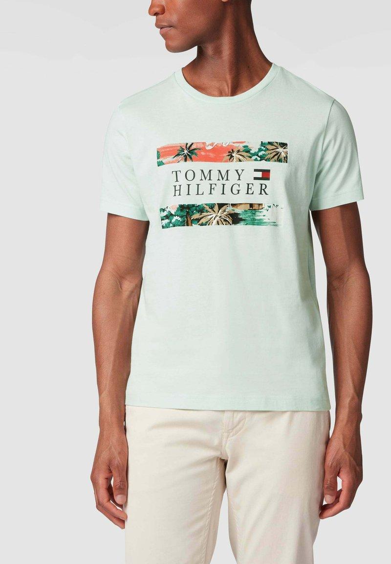 Tommy Hilfiger - MIT PRINT - Print T-shirt - helltürkis