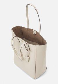 MICHAEL Michael Kors - SINCLAIR TOTE - Handbag - light sand - 3