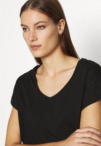 Moss Copenhagen - ALVA V NECK TEE - Basic T-shirt - black - 4