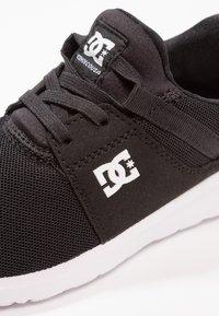 DC Shoes - HEATHROW - Loaferit/pistokkaat - black/white - 5