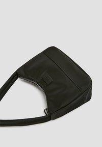PULL&BEAR - Håndtasker - black - 2