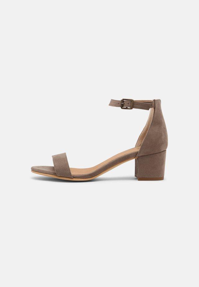 IRENE - Sandaalit nilkkaremmillä - beige