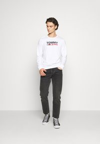 Tommy Jeans - LONGSLEEVE LOGO UNISEX - Long sleeved top - white - 1
