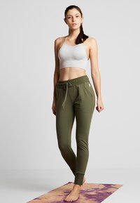 Free People - FP MOVEMENT SUNNY SKINNY SWEAT - Träningsbyxor - army - 1