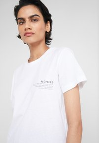 DESIGNERS REMIX - STANLEY TEXT TEE - T-Shirt print - white - 4