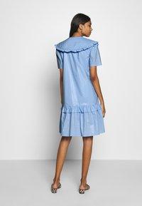 Résumé - TAILOR DRESS - Sukienka letnia - sky - 2