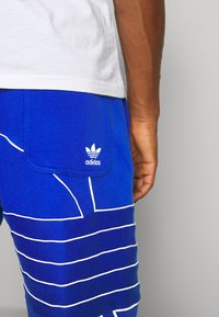 adidas Originals - OUT  - Shorts - royal blue/white - 5