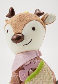 Skip Hop - BANDANA BUDDIES DEER - Knuffel - multi-coloured/brown - 5
