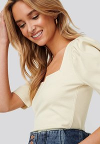 NA-KD - PUFF SLEEVE V DETAIL - Blouse - dusty light beige