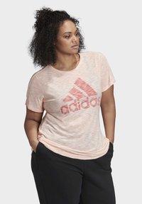adidas Performance - WINNERS SHORT SLEEVE CREW T-SHIRT (PLUS SIZE) - Camiseta estampada - pink - 3