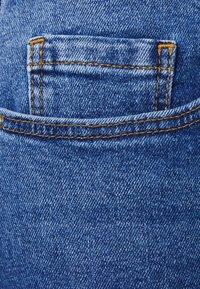 Pieces Curve - PCLUNA STRAIGHT - Straight leg jeans - medium blue denim - 6