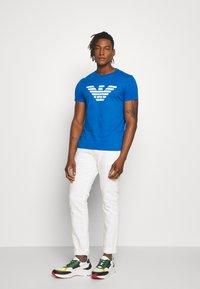 Emporio Armani - T-shirt med print - bluette - 1