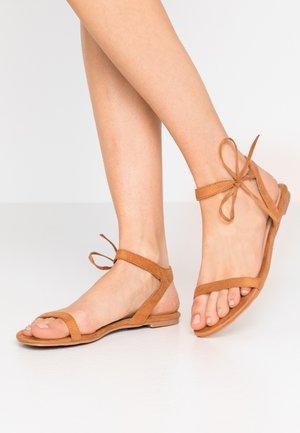 MISSIE - Sandaalit nilkkaremmillä - dark beige