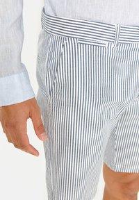 WE Fashion - WE FASHION HEREN GESTREEPT CHINOSHORT - Shorts - blue - 3