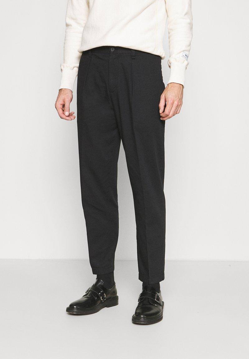 Club Monaco - INVERTED PLEAT PANT - Trousers - black