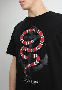 Cayler & Sons - ANCHORED TEE - Print T-shirt - black - 4