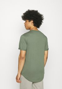 Calvin Klein Jeans - BADGE TURN UP SLEEVE - T-shirt basic - duck green - 2