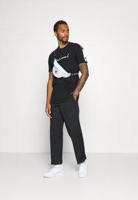Nominal - RONNI TEE - Print T-shirt - black - 1