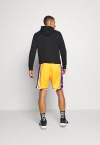 Mitchell & Ness - LA LAKERS NBA AUTHENTIC - Short de sport - light gold - 2