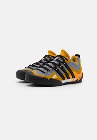 adidas Performance - TERREX SWIFT SOLO - Bergschoenen - grey three/core black/legend gold - 1